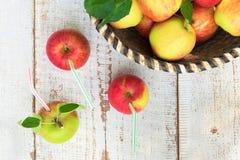 在篮子,健康生活方式概念的有机苹果 免版税库存图片