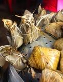 在篮子,在背景的茶的亚洲中国米饺子 免版税库存照片