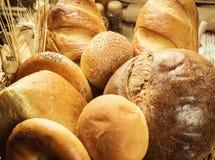 在篮子,构成的面包以烘烤产品品种在w的 免版税库存照片