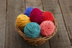 在篮子从毛纱的复活节彩蛋装饰的五颜六色 库存照片
