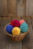 在篮子从毛纱的复活节彩蛋装饰的五颜六色 图库摄影