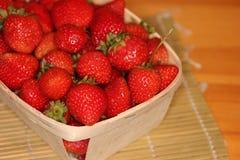 在篮子1的草莓 免版税库存照片