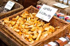 在篮子暴露的新鲜的黄蘑菇在自治市镇市场上在Londo 免版税图库摄影