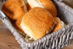在篮子A的小圆面包 免版税库存图片