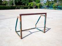 在篮球具体f的老和生锈的微型足球橄榄球目标 库存照片