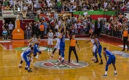 在篮球比赛的跳球 免版税图库摄影