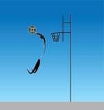 在篮球的灌篮与从惩罚外面的一个跃迁是 库存照片
