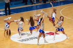 在篮球竞技场的啦啦队员舞蹈 免版税库存照片