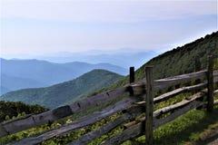 在篱芭之外的朦胧的蓝岭山脉 免版税库存照片