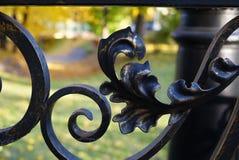 在篱芭后是公园,路灯柱,桥梁 伪造的篱芭特写镜头 莫斯科 库存照片
