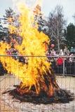 在篱芭后的大篝火在假日狂欢节 免版税图库摄影