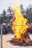 在篱芭后的大篝火在假日狂欢节 免版税库存图片