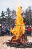在篱芭后的大篝火在假日狂欢节 图库摄影