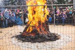 在篱芭后的大篝火在假日狂欢节 免版税库存照片