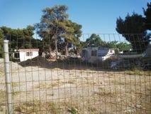 在篱芭后的搁浅的房子 免版税库存图片