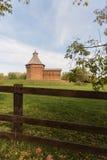 在篱芭后的木老教会 库存图片