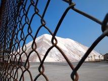 在篱芭后的路盐 库存照片