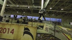 在篱芭控制平衡的四轮溜冰者研磨,但是无法在最后 极其 在skatepark的竞争 股票视频