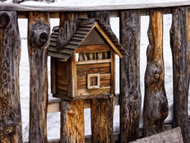 在篱芭的一个木邮箱,看起来房子 免版税库存图片
