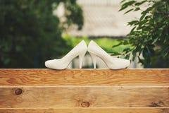 在篱芭的两双鞋子 免版税库存照片