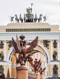 在篱芭的两头老鹰在亚历山大附近柱子,宫殿正方形的在圣彼德堡 免版税库存照片