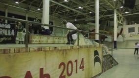 在篱芭的四轮溜冰者乘驾有发怒脚的 跳跃在其他篱芭 极其 在skatepark的竞争 股票录像