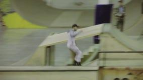 在篱芭的四轮溜冰者乘驾,做把戏,在膝盖的秋天 在skatepark的竞争 摄影师 股票录像