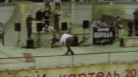 在篱芭的四轮溜冰者乘驾,穿过脚 成功的特技 在skatepark的竞争 摄影师 股票录像