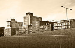 在篱芭的城市大厦 免版税图库摄影