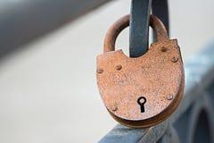 在篱芭的大生锈的挂锁 免版税库存照片