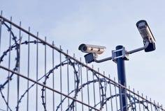 在篱芭的安全监控相机 库存图片