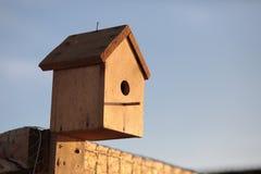 在篱芭的手工制造鸟舍 库存图片