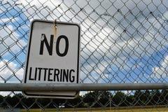在篱芭的没有废弃物标志 库存图片
