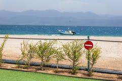 在篱芭的没有词条标志在沙子海滩附近 海船在红海,埃拉特 库存图片