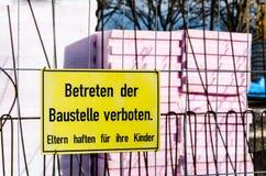 在篱芭的禁止标志在工地工作文本前面用德语 免版税库存图片