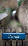在篱芭的私有标志 图库摄影