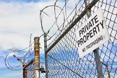 在篱芭的私有财产标志 免版税库存照片