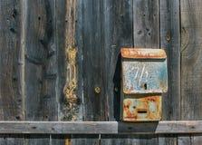 在篱芭的老邮箱 库存照片