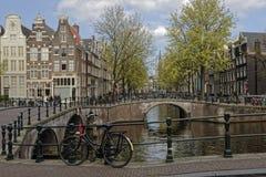 在篱芭的自行车在运河旁边在阿姆斯特丹 免版税图库摄影