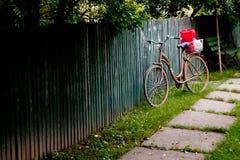 在篱芭的自行车 免版税库存照片