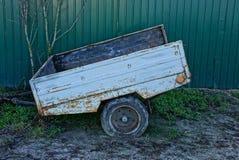 在篱芭附近电烙在路的老汽车拖车 库存图片