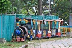 在篱芭附近的老被放弃的儿童` s火车 kislovodsk俄国 库存照片