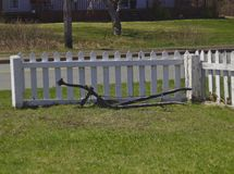 在篱芭3613旁边的老犁 库存图片