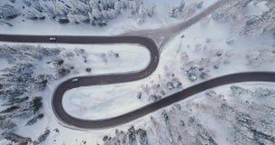 在簪子轮路上的顶上的垂直的天线有汽车、森林多雪的forestSunset或者日出的 意大利语冬天的白云岩 影视素材
