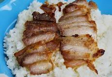 在米上把放的油煎的切的猪肉 免版税库存照片