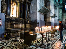 在米兰中央寺院的祷告蜡烛  免版税库存图片