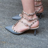 在米兰人` s时尚星期期间,鞋子细节  库存图片