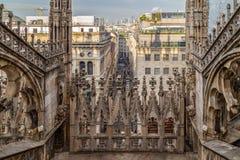 在米兰和街道的看法从哥特式米兰Cath的顶端 库存照片