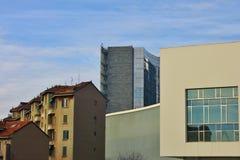 在米兰商业区porta赫诺瓦的新和老大厦 免版税库存图片