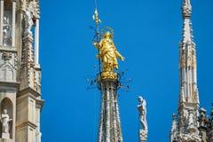 在米兰大教堂上面的Madonnina 免版税库存照片